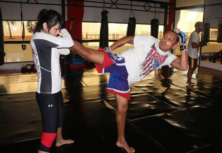 La escuela de artes marciales Caged Animal Camp busca becar a niños de escasos recursos económicos. (Adrián Barreto/SIPSE)