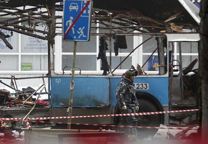 Investigaciones preliminares sugieren que radicales islámicos pueden estar detrás de ambos atentados terroristas registrados en Volgogrado, uno en una estación de trenes y el de este lunes (foto) en un autobús. (Agencias)