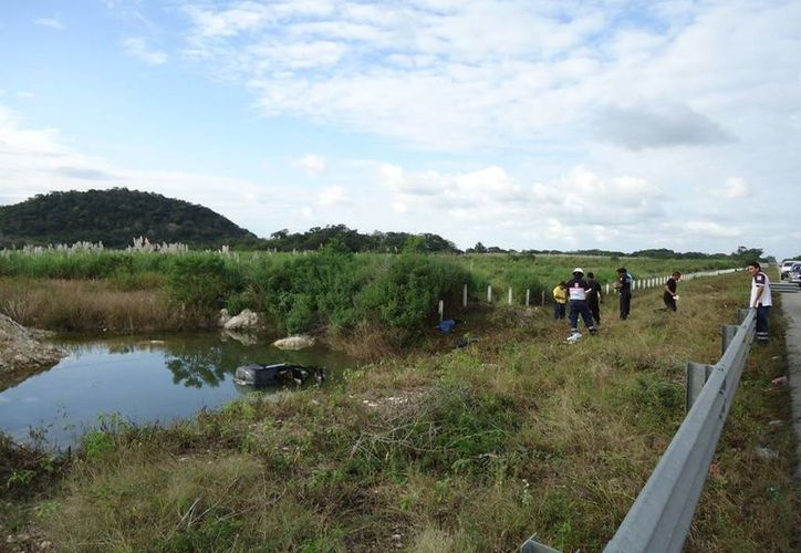 El terrible accidente de los dos ocupantes de una camioneta particular con placas de Yucatán ocurrió sobre el tramo carretero Champotón - Escárcega. (Cortesía)