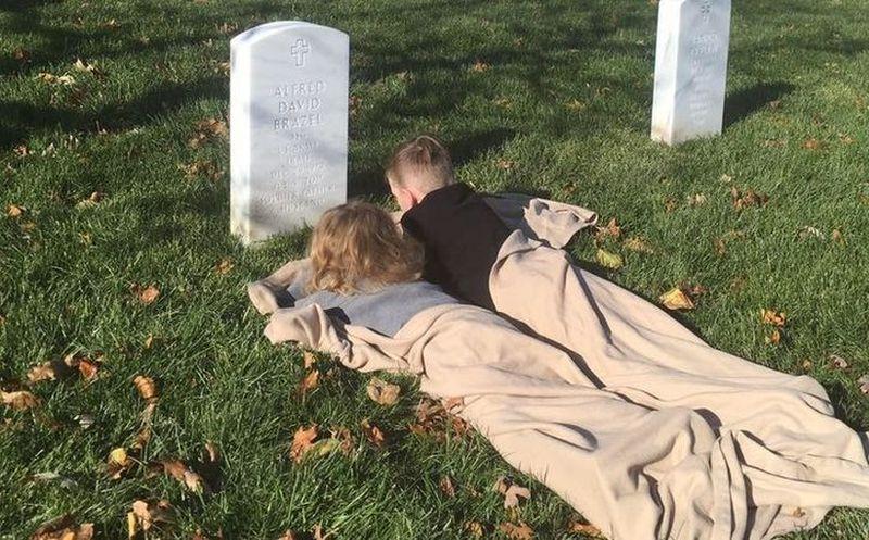 Duermen en la tumba de su padre — Niños causan ternura