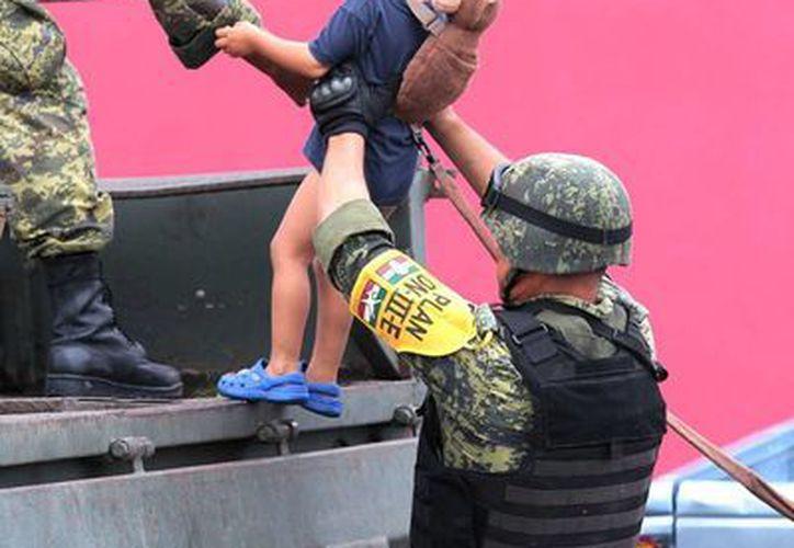 Sedena prestó auxilio a las familias damnificadas en varias colonias de Tlapa, Guerrero. (Notimex)