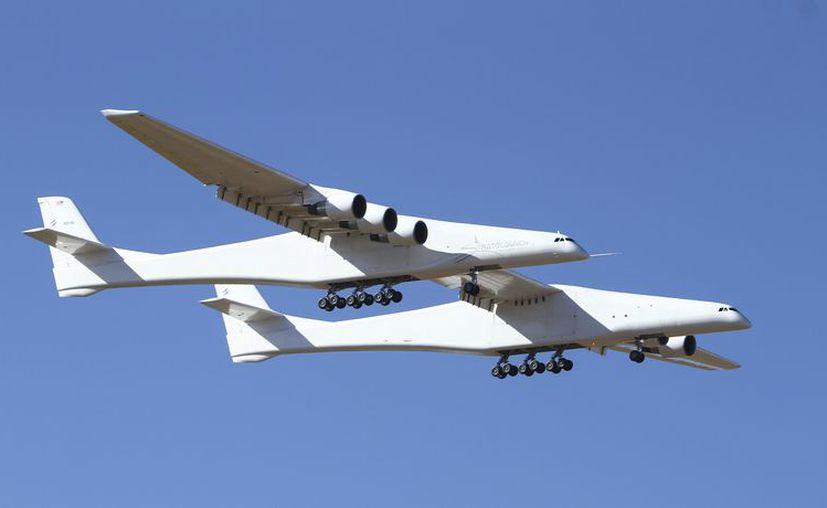 El avión está diseñado para transportar hasta tres cohetes con sus satélites bajo el centro de su enorme ala. (Foto: AP)