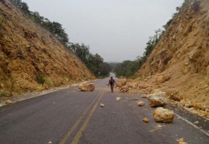 Otro riesgo es el tramo carretero Calderón y Rovirosa, donde se han reportado grandes piedras que se desprendieron de los cerros. (Carlos Castillo/SIPSE)