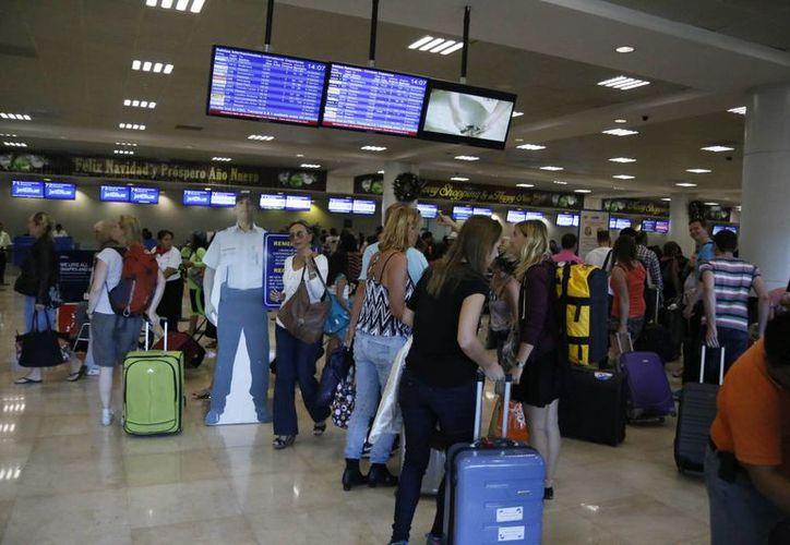 Empresas aéreas programan llegada de vuelos en el aeropuerto de Cancún. (Israel Leal/SIPSE)