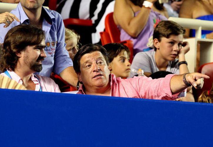 Miguel Herrera, entrenador de la Selección Mexicana de futbol soccer varonil, aseguró que este mismo mes habrá gente nueva para enfrentar los partidos amistosos. En la foto, Herrera atestigua la final del Abierto Mexicano de tenis. (Notimex)