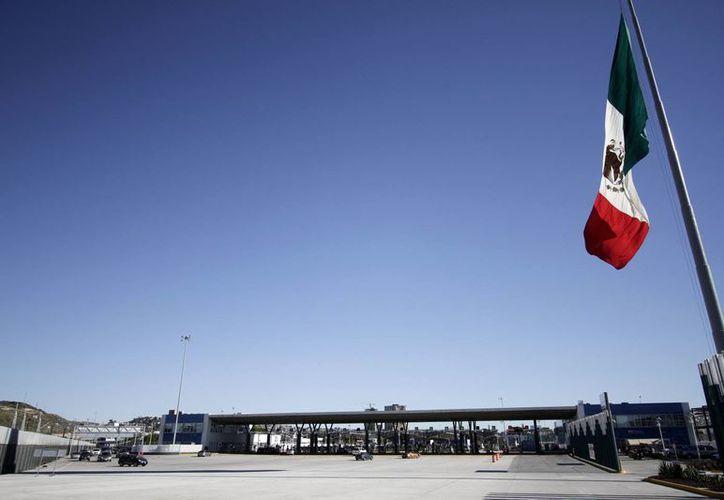 """Uno de los objetivos de modernizar las aduanas es hacer más eficiente la supervisión mediante videovigilancia. Imagen del cruce fronterizo """"El Chaparral"""", en la frontera entre Tijuana y San Diego, la más transitada del mundo. (Archivo/Notimex)"""