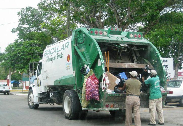 Los trabajadores de limpieza se dividen en cuadrillas para mantener impecables los sitios turísticos de Bacalar. (Javier Ortiz/SIPSE)