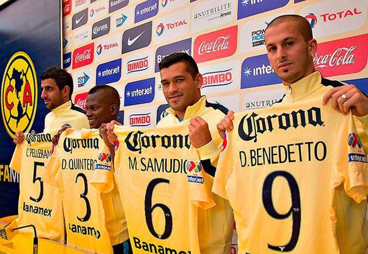 Los refuerzos del América para el torneo Clausura 2015 se pusieron la playera amarilla durante su presentación, esta mañana en Coapa. (excelsior.com.mx)