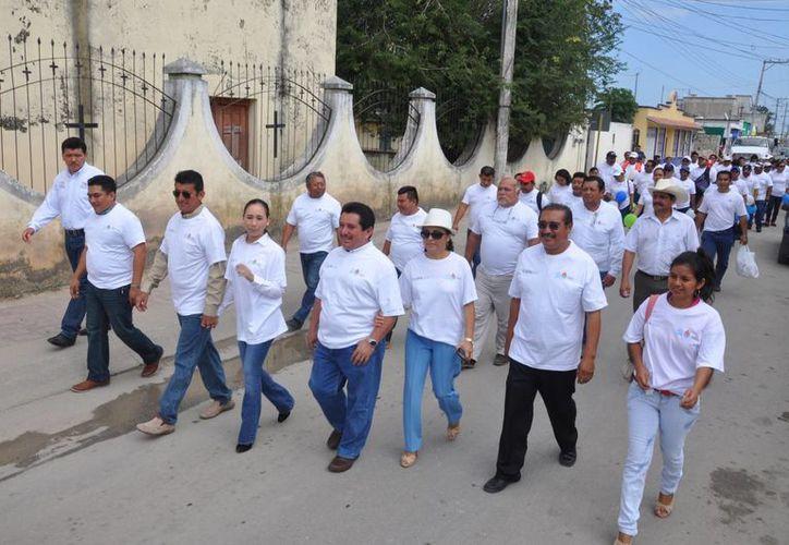 Funcionarios de CAPA y del municipio dieron el anuncio ayer al termino de la caminata con  motivo del Día Mundial del Agua.  (Javier Ortíz/SIPSE)