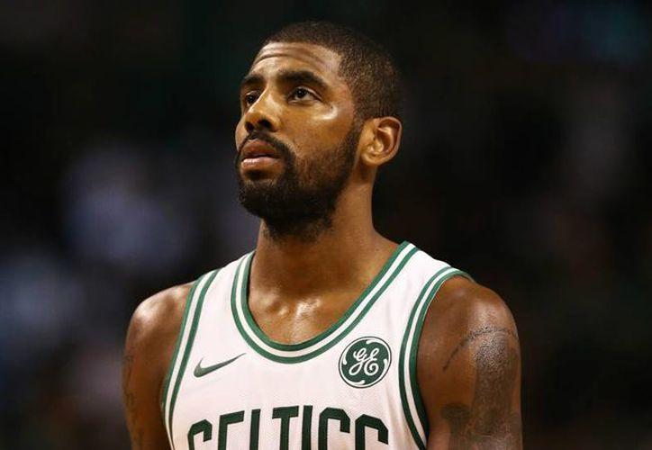 Irving buscó segundas opiniones, después de que el dolor en la rodilla izquierda no disminuyó. (Foto: Sporting News)