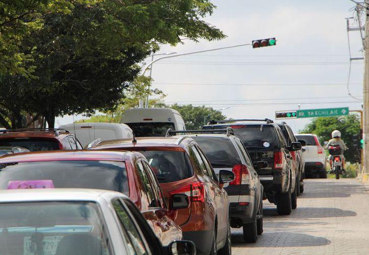 La gran cantidad de vehículos en la ciudad ha provocado un incremento del tráfico. (Paola Chiomante/SIPSE)
