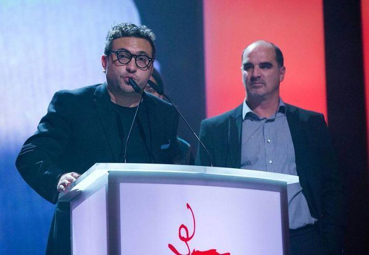El director Alonso Ruizpalacios al recibir el premio a Mejor Ópera Prima en la Berlinale con Güeros. (Agencias)