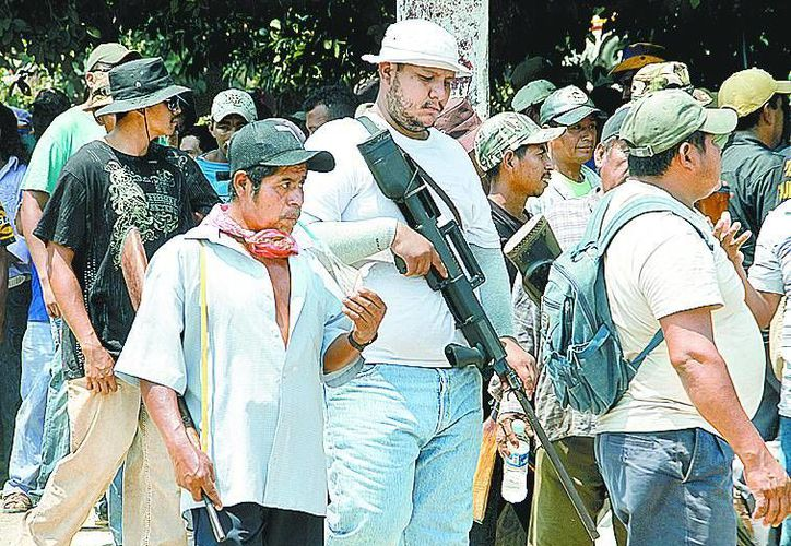 Integrantes del grupo alterno portan sus armas. (Daniel Cruz/Milenio)