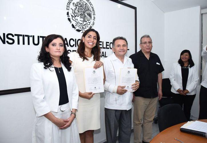Maribel Villegas Canché, José Luis Pech Várguez, de la coalición Juntos Haremos Historia, al recibir sus constancias como senadora y senador electos.  (Joel Zamora/SIPSE)