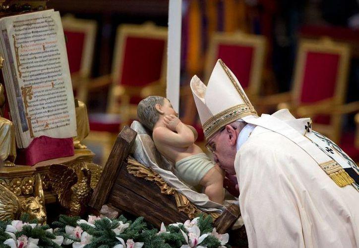 El Papa Francisco dijo, durante una reflexión previa al rezo del Angelus, que la adoración de los Reyes Magos demuestra que Jesús vino sobre la tierra para salvar no un solo pueblo, sino a todas las naciones. (AP)