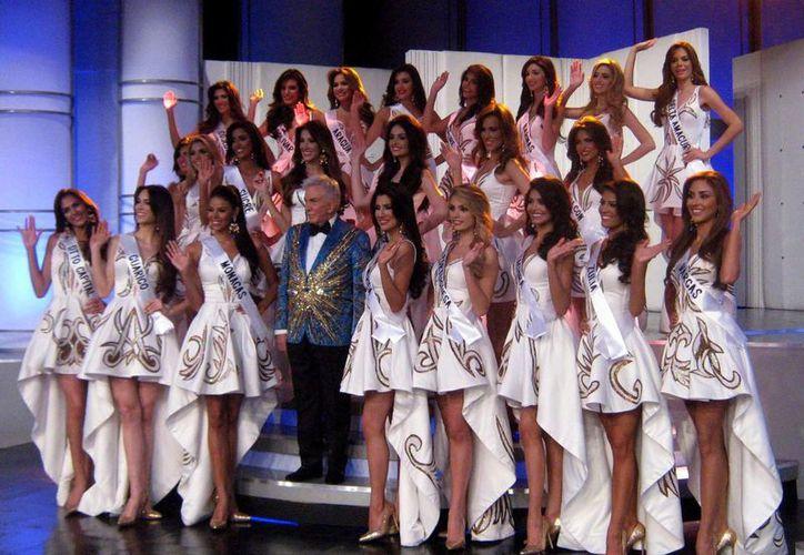 El animador de Venevisión, Osmel Souza, asignó las 24 bandas de los estados a las participantes del Miss Venezuela 2016. (Notimex)