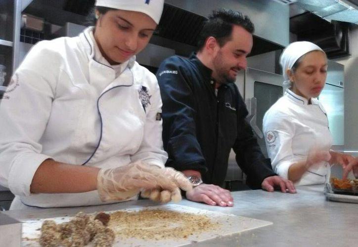 Los estudiantes son instruidos por el chef español Damián Alonso Martínez. (Luis Soto/SIPSE)