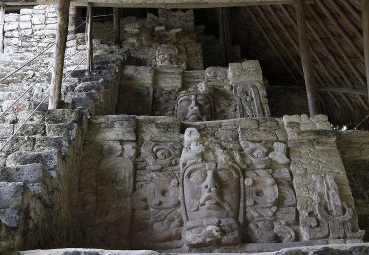 Figuras que puedes admirar en la zona arqueológica de Kohunlich. (Tomás Álvarez/SIPSE)