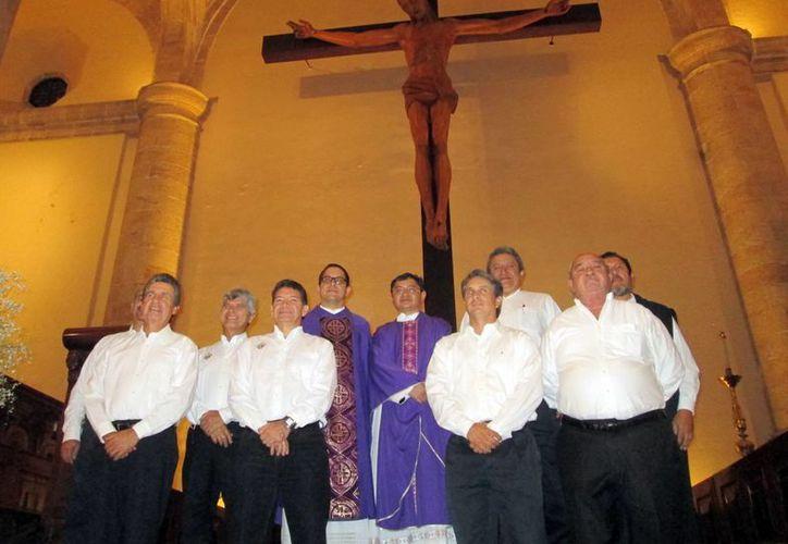 La nueva directiva de los Caballeros de Colón, ayer en Catedral. (Milenio Novedades)