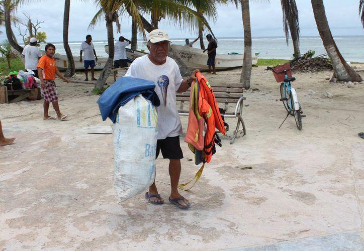 Los hombres del mar de Banco Chinchorro se sienten confundidos cada vez que se presenta un fenómeno meteorológico. (Joel Zamora/SIPSE)