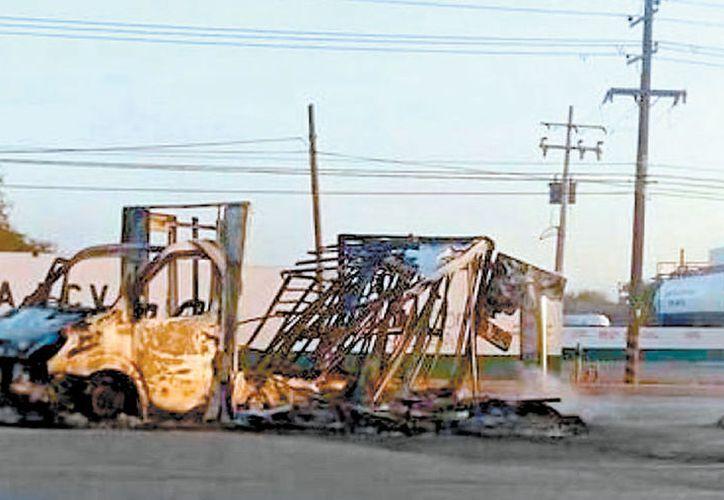 Incendio de vehículo desatado a causa de narcobloqueos. (Milenio)