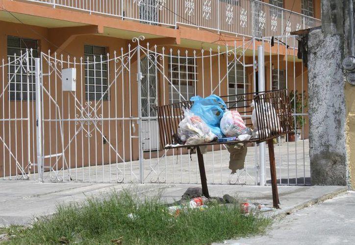 Entre las quejas más comunes se encuentran los tiraderos de basura al aire libre. (Harold Alcocer/SIPSE)