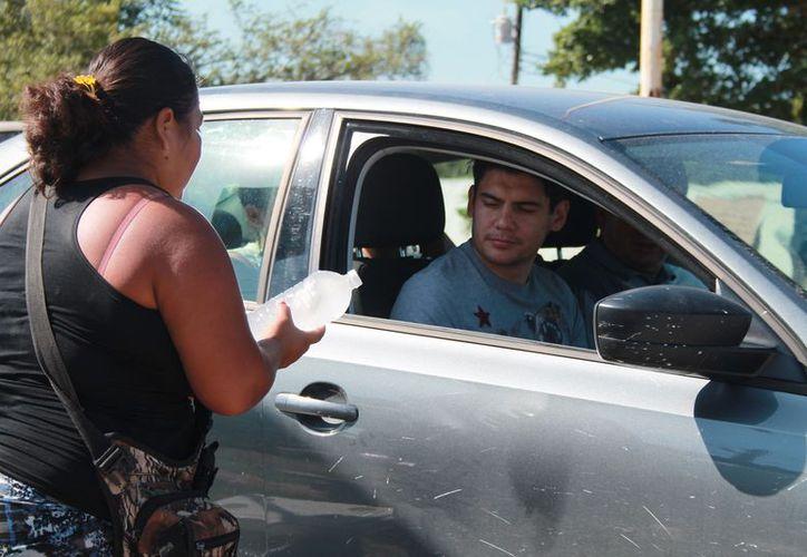 Familias de Xul-Há venden aguas de frutas y empanadas para ganarse la vida. (Javier Ortiz/SIPSE)