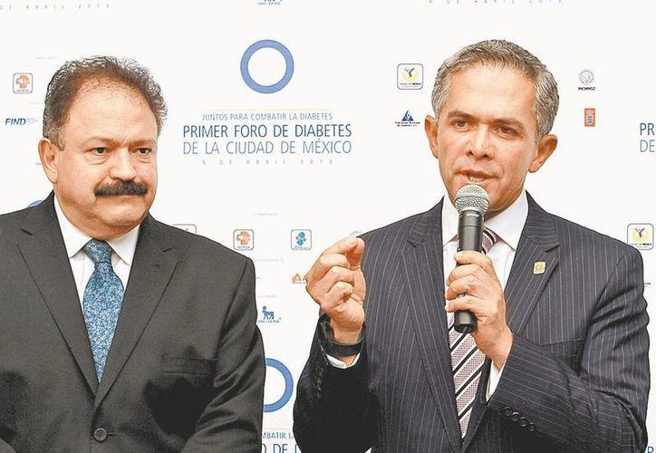 El titular de Salud del DF, Armando Ahued, y el jefe de Gobierno. (Milenio)
