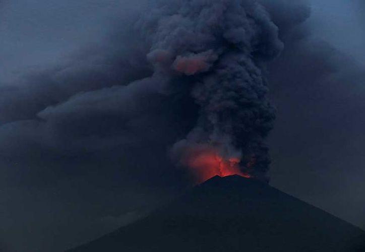 El Monte Agung ha estado arrojando nubes de cenizas blancas y grises. (Foto: Excélsior)