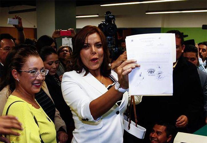 Diana Sánchez Barrios entregó sus papeles en las oficinas del PRD-DF para convertirse en precandidata para gobernar la delegación Cuauhtémoc. (excelsior.com.mx)