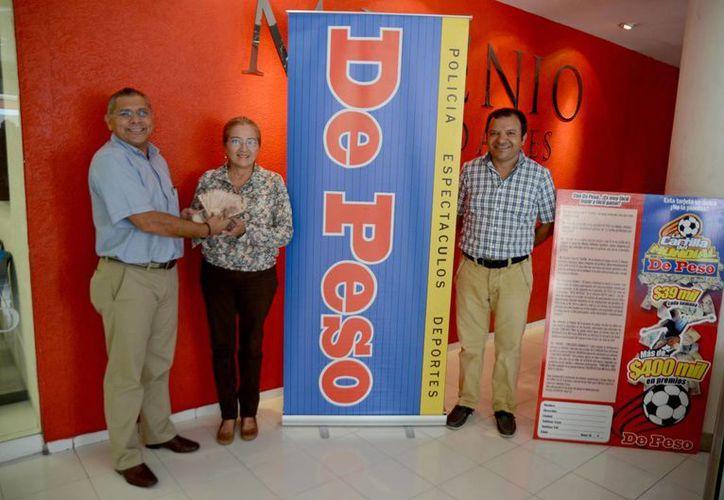 José Luis Valladares entregó los 100 mil pesos a Gloria Alicia, en presencia de Manolo Castillo. (Milenio Novedades)
