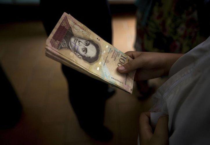 Los venezolanos pasaron el fin de semana sin liquidez debido a la anulación del valor de los billetes de 100 bolívares. (AP/Fernando Llano)