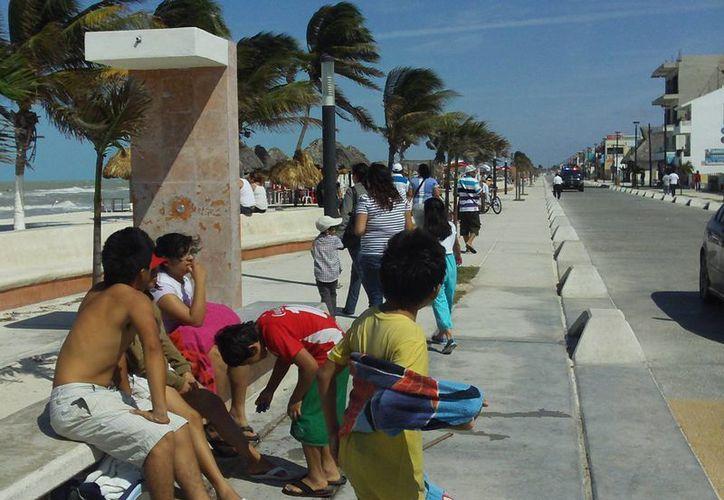 Ante la entrada del norte, los visitantes optaron por disfrutar del panorama, en vez de remojarse en en encrespado mar. (Manuel Pool/SIPSE)