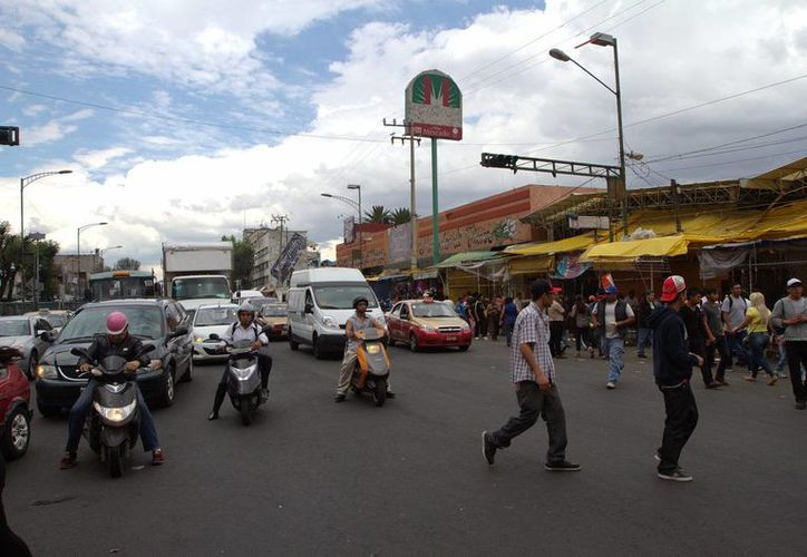 En La Merced se vende una gran variedad de productos, como fruta, carnes, flores, ropa, dulces, piñatas, juguetes y hasta comida. (Foto Notimex)
