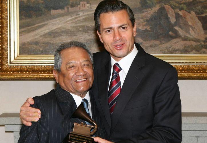 El compositor Armando Manzanero (i) dijo al presidente Peña Nieto estar optimista por las cosas importantes que están ocurriendo en el país. (Notimex)