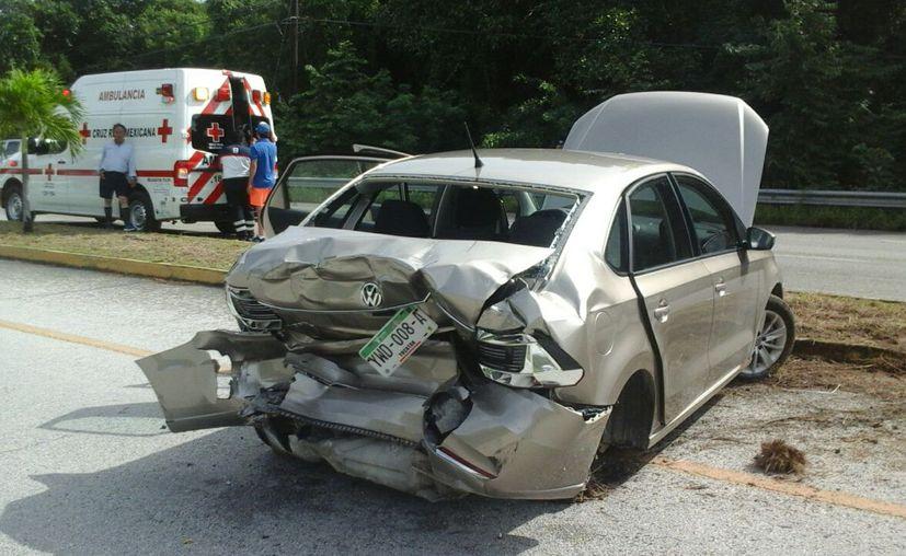 Tras ser chocado por una camioneta, el conductor dio una voltereta y se estrelló con el camellón. (Foto: Redacción)