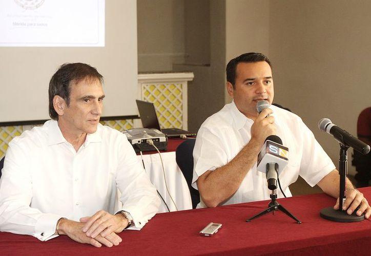 El presidente de la Canaco, Jorge Manzanilla Pérez, y el alcalde Renán Barrera Concha, en conferencia de prensa en la que anunciaron el plan. (Cortesía)