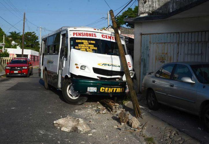 Tras esquivar al motociclista, el microbusero aplicó los frenos, pero el vehículo se estampó contra un poste y luego contra un predio. (SIPSE)