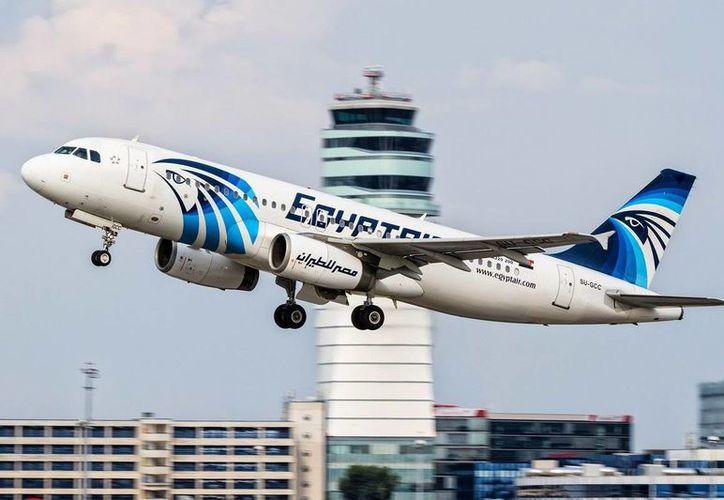 A los pasajeros se les prohibió abordar el vuelo de EgyptAir, el cual saldría de El Cairo hacía NY. (twitter.com/AlArabiya_Eng)