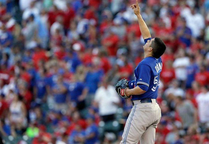 El pitcher mexicano de los Blue Jays de Toronto, Roberto Osuna, se convirtió en el único lanzador nacido en México que salva un juego de pléiof en las Grandes Ligas. (AP)