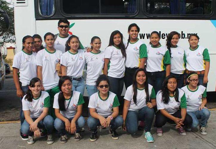 Imagen de los deportistas de Softbol antes de partir a Cancún para la fase regional de la Olimpiada Nacional. (idey.gob.mx)