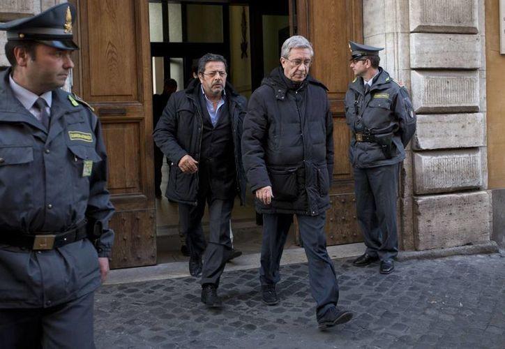 Franco Decaminada (der) sale del cuartel policiaco tras ser interrogado. (Agencias)