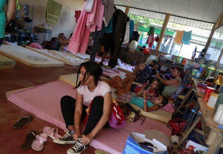 Imagen de un grupo de inmigrantes cubanos en un refugio temporal en La Cruz, Costa Rica. Después de permanecer más de tres meses en Costa Rica, este país los recibió para permitir su tránsito para llegar a su destino final: Estados Unidos. (Foto AP / Enrique Martínez)