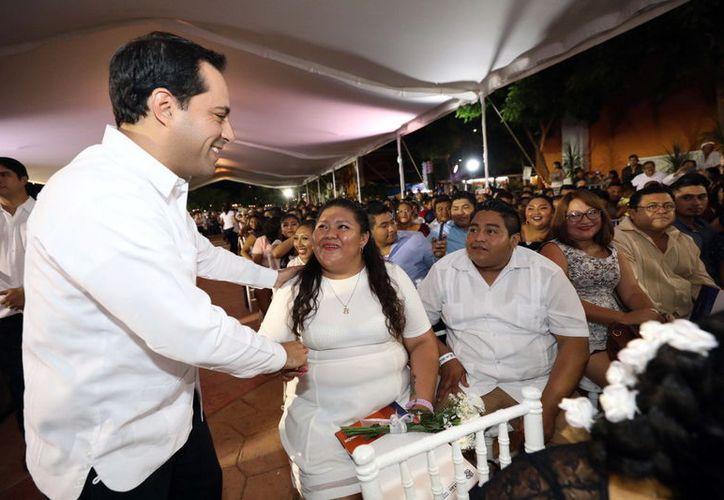 Mauricio Vila felicita a una pareja en la ceremonia de ayer. (Novedades Yucatán)