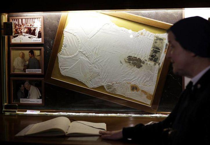 La camiseta manchada de sangre que llevaba puesta Juan Pablo II el día del intento de asesinato en su contra es exhibida en una iglesia en las orillas de la capital italiana. (Agencias)