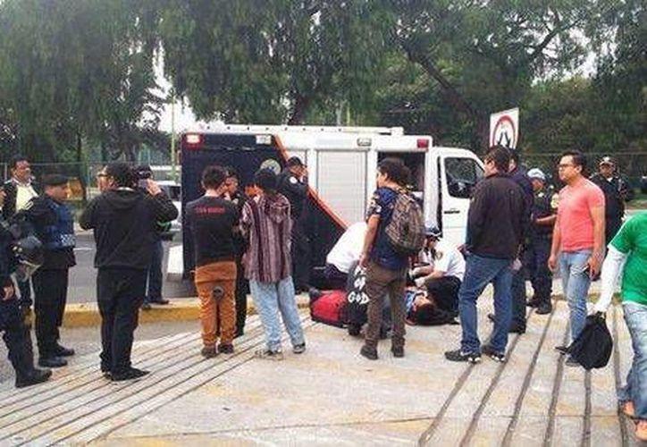 En redes sociales, testigos del ataque indicaron que un sujeto se estacionó de manera sospechosa frente al auditorio 'Che' Guevara. (Milenio)