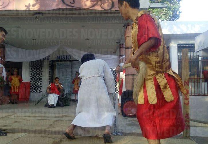 Ciudadanos se unen en la parroquia para el inicio del viacrucis. (Rubi Velázquez/ SIPSE)