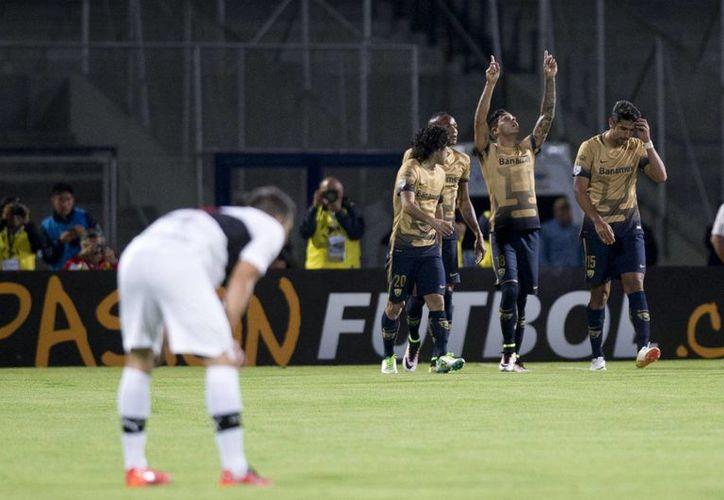 Los dos clubes mexicanos tendrá el juego de vuelta en sus respectivos estadios. En la foto, Pumas durante su partido ante Olimpia en C.U.(AP)