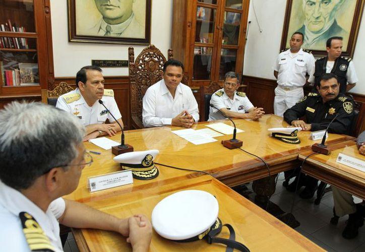 La reunión del gobernador Rolando Zapata Bello con miembros de la Marina y el Ejército. (Cortesía)