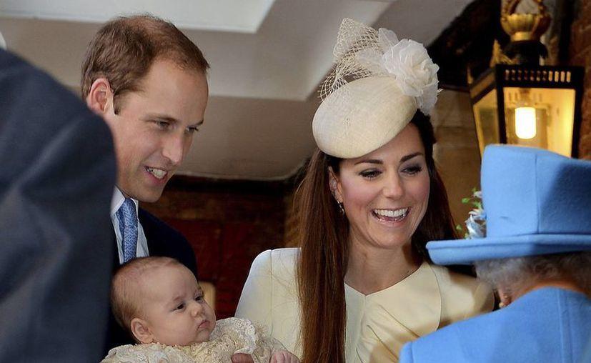 La Reina Isabel (de espaldas) dialoga con el Príncipe Guillermo y la Duquesa Kate Middleton al llegar con el Príncipe Jorge a la Capilla Real. (Agencias)